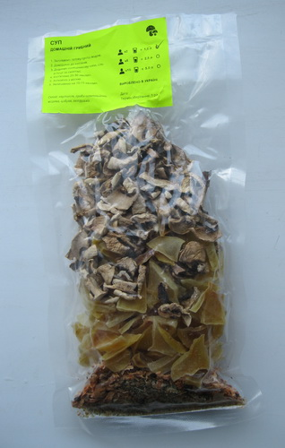 набор сухих грибов и овощей для приготовления грибного супа